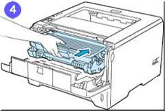 4. Kombination aus Tonerkassette und Trommel/Drum in Drucker einsetzen